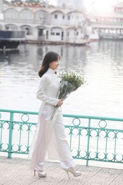 Dáng vóc thanh mảnh của cô nàng trong tà áo dài trắng tinh khôi. (Ảnh Internet)