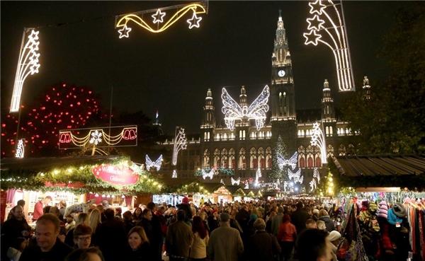 Vienna là nơi có nhiều chợ Giáng sinh đẹp nhất, cụ thể là lâu đài Giáng sinh làng Belvedre tráng lệ, mở từ ngày 21/11 đến 23/12.(Ảnh: BuzzFeed)