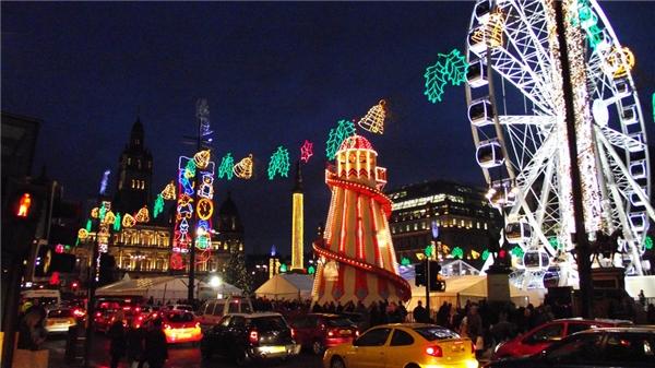 Chợ Giáng sinh truyền thống của Glasgow được tổ chức ở đường Argyle, thu hút nhiều thương nhân trên khắp thế giới, mở từ ngày 14/11 đến 21/12.(Ảnh: BuzzFeed)