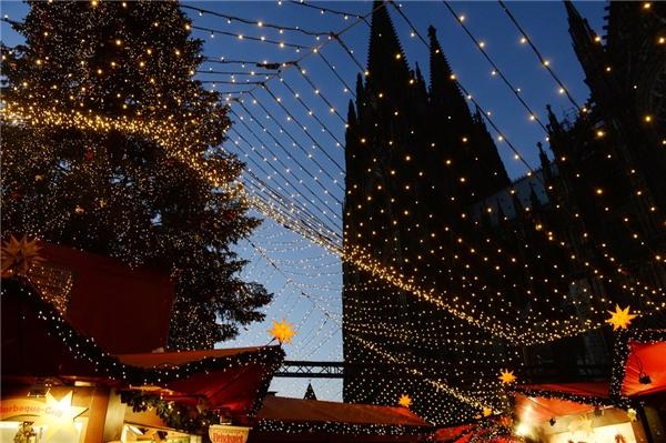 Thành phố Cologne ở Đức không thiếu những khu chợ Giáng sinh hoạt động suốt từ 24/11 đến 23/12. Ngoài ra, những nhà thờ mang phong cách gothic cũng là một điều bạn không thể bỏ qua khi đến đây.(Ảnh: BuzzFeed)