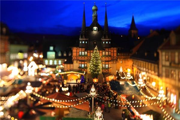 Chợ Giáng sinh Wernigerode ở Đức lại mang đậm nét cổ điển với những ngôi nhà manglối kiến trúc từ thế kỉ 15 quây quần lại, tạo thành một khu chợ náo nhiệt.(Ảnh: BuzzFeed)