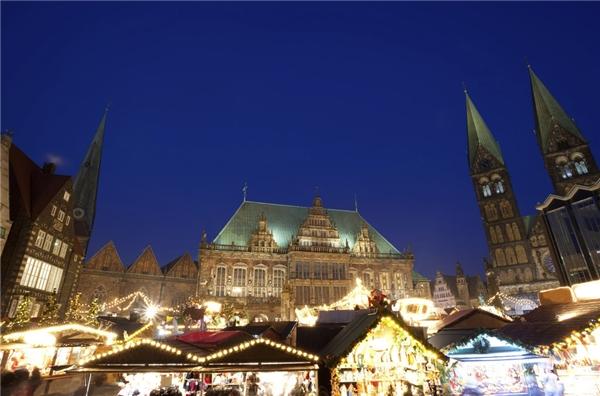 Ánh sáng từ những ngọn đèn trang trí như thắp sáng con sông Weser – nơi diễn ra chợ Giáng sinh Bremen, Đức.(Ảnh: BuzzFeed)