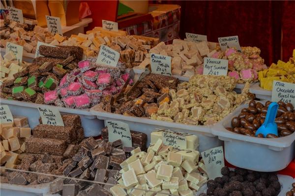 """Là sự kết hợp giữa truyền thống địa phương và nét đẹp quốc tế, chợ Giáng sinh Exeter ở Anh chắc chắn sẽ """"chiều lòng"""" những người hảo ngọt.(Ảnh: BuzzFeed)"""