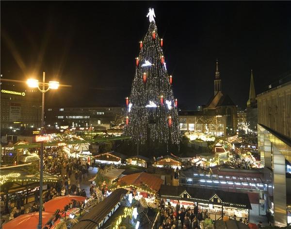 Chợ Dortmund ở Đức được cho là nơi có cây thông Giáng sinh lớn nhất thế giới, làm từ 1.700 cây linh sam nhỏ và đạt độ cao 45m.(Ảnh: BuzzFeed)