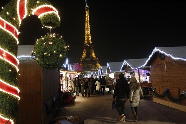 Không thể không nhắc đến khu chợ Giáng sinhlộng lẫy gần Tháp Eiffel, mở vào tháng 12 hàng năm. (Ảnh: BuzzFeed)