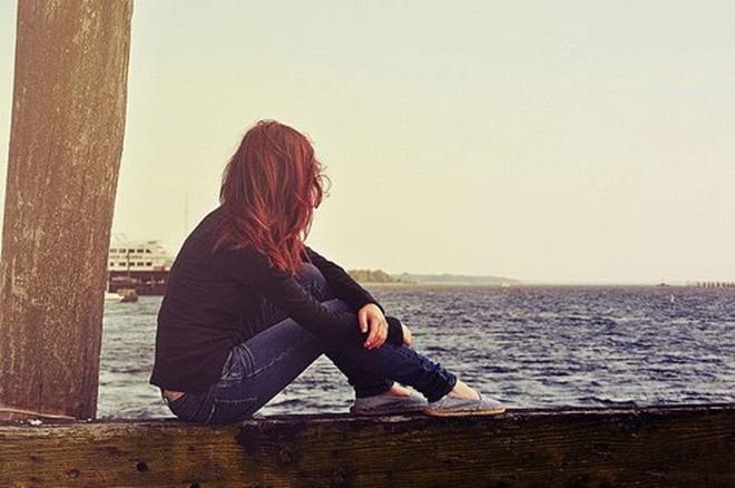 Có một ngày, em học cách quên đi Chẳng mong chờ cánh Thiên Di nơi xứ lạ Đợi mà chi? Khi bức tranh tình nhạt thếch sắc màu  Có một ngày, em không còn nghe nhói đau Lúc vô tình chạm phải ánh mắt anh tha thiết Em biết... Bình yên mới vừa ghé qua đây  Có một ngày, em thôi hỏi áng mây Anh buồn vui ra sao nơi chốn ấy Những yêu thương, nhung nhớ đong đầy Đã tới lúc cạn vơi  Sẽ có một ngày, một ngày anh ơi! Nắng vẫn nhuộm màu xanh trên lá Gió vẫn hát. Biển vẫn ca Chỉ chúng mình là vĩnh viễn mất nhau...