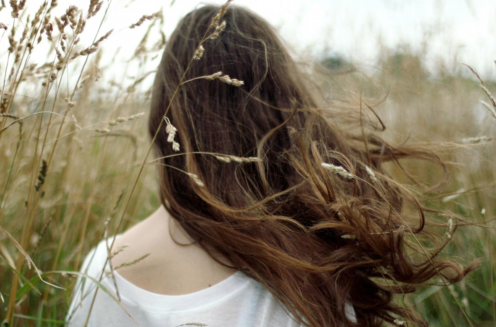Có lẽ nào em lại quên anh? Khi đôi mắt vẫn long lanh ngấn lệ Ngẫm chuyện cũ... lòng vẫn đau đến thế Có lẽ nào em lại quên anh...  Có lẽ nào anh lại quên em? Khi chính anh biết em là duy nhất Anh hiểu em là người yêu anh nhất Suốt đời này không có kẻ thứ hai.  Cuộc tình tan vỡ có kẻ đúng, người sai Mà có thể cũng chẳng ai sai cả Khi đã quyết đường tình chia hai ngã Tự nhủ lòng: duyên nợ chỉ đến đây!  Người ở lại đau đến dại ngây Kẻ ra đi cũng ôm lòng ray rứt Nghĩ về nhau biết bao là cảm xúc Dẫu hết tình thì nghĩa cũng đầy vơi  Thì làm sao quên nhau được ai ơi Chỉ là tạm xếp nhau vào góc khuất Là quá khứ - có nghĩa: từng-tồn-tại Có lẽ nào mình lại quên nhau?