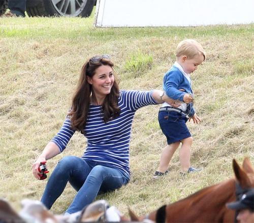 Hoàng tử bé George tinh nghịch bên mẹ, Liễu Nham hở bạo trên thảm đỏ