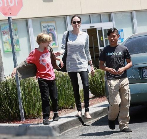 Angela Jolie diện đồ giản dị dẫn các con đi dạo phố