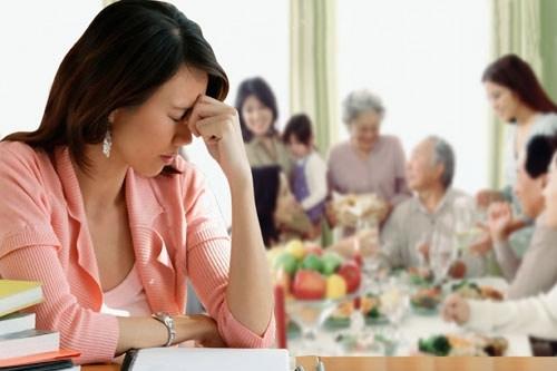 Cách giải quyết êm đẹp khi chồng mang hết tiền dành dụm về cho gia đình?