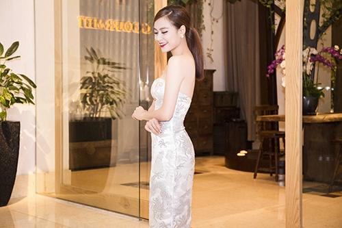 Hoàng Thùy Linh khoe vai trần gợi cảm bên Kim Lý