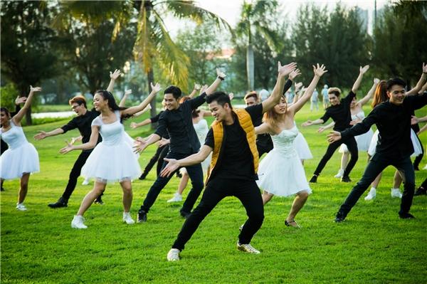 Để đầu tư cho phần vũ đạo, Trọng Hiếu đã cất công mời hơn 30 vũ công chuyên nghiệp đến từ chương trình So you think you can dance.  - Tin sao Viet - Tin tuc sao Viet - Scandal sao Viet - Tin tuc cua Sao - Tin cua Sao