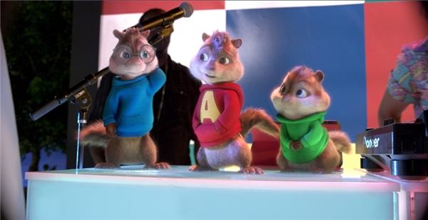 """Trên nền nhạc sống động, bộ ba Alvin, Simon và Theodore đã náo loạn và """"quẩy"""" tưng bừng bằng những vũ điệu hết sức dễ thương, vui nhộn."""