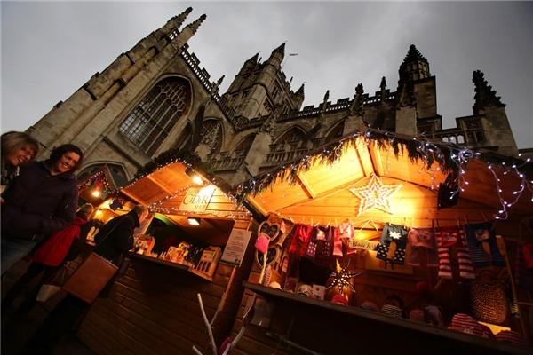 Từ ngày 27/11 đến 14/12, thành phố Bath ở nước Anh sẽ mở một khu chợ Giáng sinhtuyệt đẹp với 170 ngôi nhà gỗ nhỏ xinh bày bán mặt hàng thủ công và thức ăn đậm chất Anh Quốc.(Ảnh: BuzzFeed)