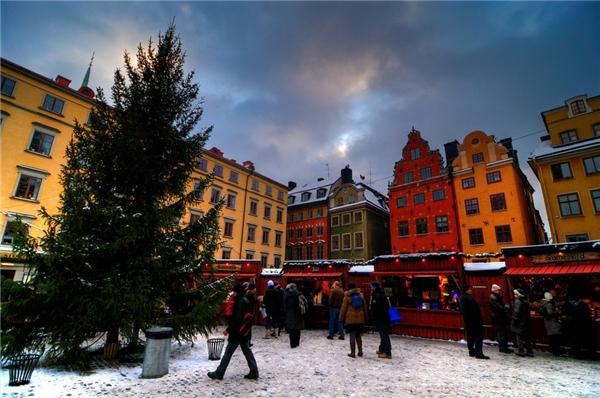 Từ ngày 22/11 đến 23/12, hãy đến với thành phố Stockholm, Thụy Điển để hòa mình vào chợ Giáng sinh ở Old Town và tha hồ mua sắm những vật phẩm chỉ thời điểm nàymới có như kẹo Giáng sinh theo phong cách Thụy Điển, thịt xông khói, tuần lộc…(Ảnh: BuzzFeed)