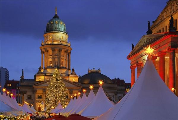 Quảng trường Gendarmenmarkt ở Berlin sẽ lột xác hoàn toàn thành một vùng đất của ánh sáng và ngập tràn không khí Giáng sinh từ ngày 25/11 đến 31/12 nhờ vào khu chợ được đầu tư công phu này.(Ảnh: BuzzFeed)