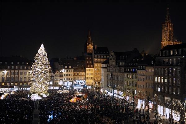 """Bạn có biết rằng cứ mỗi độ Giáng sinh về thì thành phố Strasbourg sẽ trở thành """"thủ đô"""" nước Pháp? Cứ thử đến đây và cảm nhận trọn vẹn không khí, cách bài trí, hàng hóa và con người, bạn sẽ hiểu vì sao.(Ảnh: BuzzFeed)"""