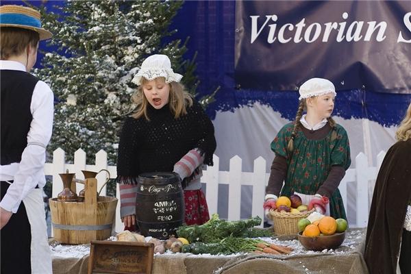 Cho đến nay, thành phố Portsmouthvẫn tổ chức lễ hội Giáng sinh theo phong cách thời Victoria bên trong xưởng đóng tàu lịch sử của nơi này.(Ảnh: BuzzFeed)