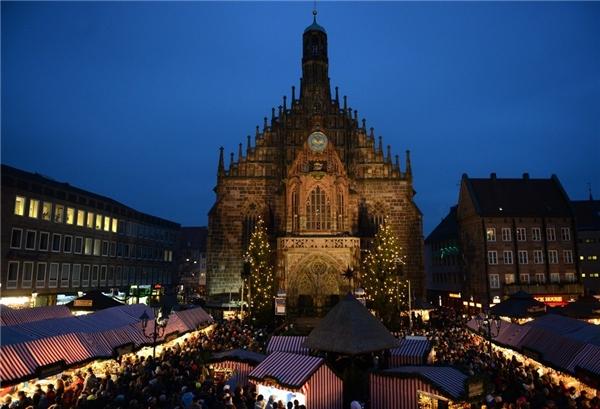 Là khu chợ Giáng sinh nổi nhất thành phố Nuremberg, Đức, Christkindlesmarkt có một buổi lễ khai mạc hoành tráng có thể khiến du khách khó tính nhất cũng cảm thấy hài lòng.(Ảnh: BuzzFeed)