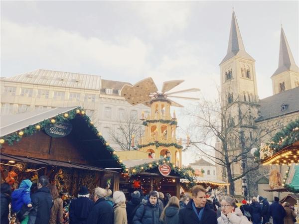Một điều đặc biệt ở Bonn, Đức mỗi dịp mùa đôngvề là cứ mỗi một ngày gần đến Giáng Sinh, người ta sẽ thắp sáng một ô cửa sổ của tòa thị chính.(Ảnh: BuzzFeed)