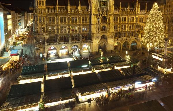 ChợMunich,Đức không chỉ có cây thông khổng lồ mà còn gây ấn tượng bởi buổi trình diễn những ca khúc Giáng sinh vào 5 giờ 30 mỗi buổi chiều từ 26/11 đến 24/12 ở ban công tòa thị chính.(Ảnh: BuzzFeed)
