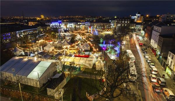 Đến với chợ Giáng sinh Galway, Ireland, những gian hàng đậm chất châu Âu, nhạc sống và khu vui chơi sẽ là những thứ khiến bạn nhớ mãi về nơi này.(Ảnh: BuzzFeed)