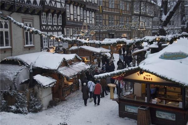 Chợ Giáng sinh Goslar được tổ chức tại một quảng trường thời trung cổ, với khoảng 70 gian hàng và 36 cây thông lấp lánh.(Ảnh: BuzzFeed)