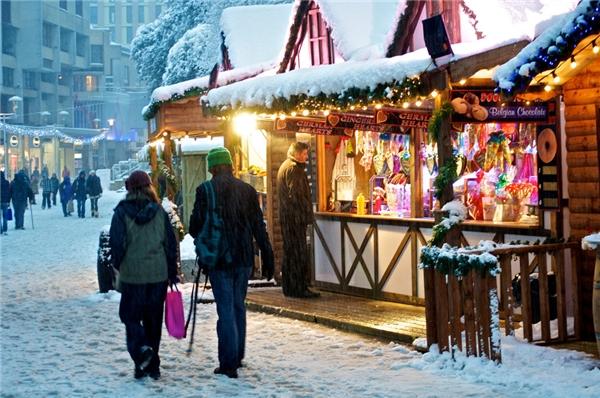 Thành phố Cardiff sẽ có chợ Giáng sinh từ ngày 13/11 đến 23/12 và chuyên bán những mặt hàng thủ công đậm chất xứ Wales. (Ảnh: BuzzFeed)
