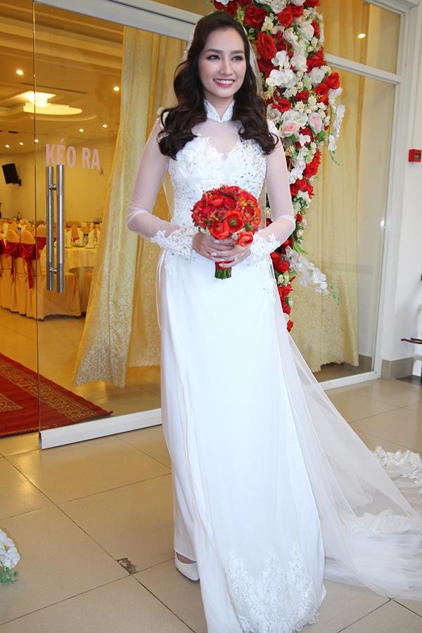 Trúc Diễm và chiếc áo dài cưới màu trắng có hai tà cầu kì bằng chất liệu voan. Đặc biệt, phần tà sau khá rộng trông giống đuôi váy cưới.