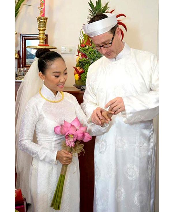Đoan Trang và ông xã diện áo dài đồng điệu sắc trắng trong ngày ra mắt họ hàng hai bên.