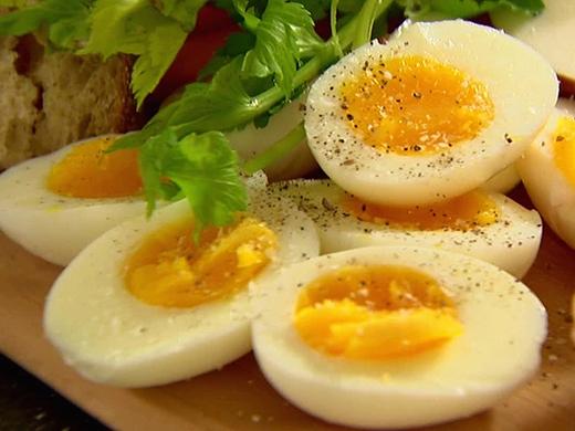 Những quả trứng ngon lành với phần lòng đỏ còn mềm và xốp (Ảnh: Internet)