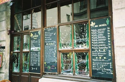 Một trong những kiểu trang trí Giáng sinh đặc thù của các quán cà phê ở Paris là vẽ những hình ảnh sinh động lên ô kính cửa sổ.(Ảnh: Internet)