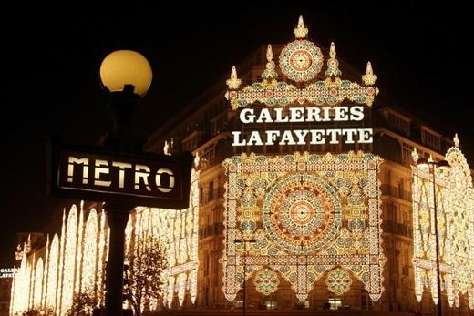 Điều gì báo hiệu Giáng sinh đã đến gần ở Paris?Khi những ô cửa sổ của tòa nhà Galeries Lafayette bắt đầu được trang trí,nghĩa là Giáng sinh đã đến thật gần rồi đấy.(Ảnh: Internet)