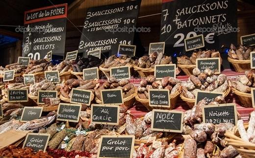 Thật ra thì mọi ngôi chợ Giáng sinh ở Paris đều giông giống nhau.Những ngôi chợ đều bán các mặt hàng hao hao nhau và đều có cả tá khách du lịch đến tham quan.(Ảnh: Internet)