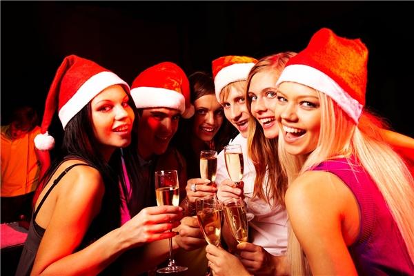 """Ở Paris, mọi hoạt động chỉ diễn ra vào đêm Giáng sinh.Không giống như ở Mỹ, buổi sáng ở Paris vào ngày Giáng sinh cũng giống như bao buổi sáng bình thường khác. Người ta chỉ bắt đầu """"bận bịu"""" nâng livà đánh chén vào đúng đêm Giáng sinh mà thôi.(Ảnh: Internet)"""