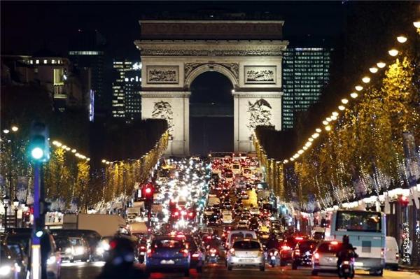 """Ngay cả ở thành phố tưởng chừng như cái gì cũng chuẩn như Paris, """"thảm họa"""" mắc đèn màu vẫn xảy ra.Vậy nên cũng đừng than vãn khi Sài Gòn """"lỡ"""" trang trí đường hơi """"sến"""" chút nhé.(Ảnh: Internet)"""