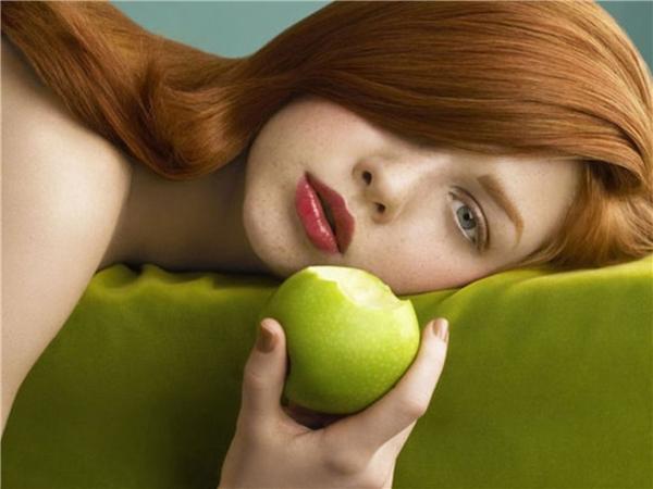 Một chất đặc biệt trong vỏ táo là pelifenon sẽ giúp cho tóc bạn mọc tốt hơn. Bên cạnh đó còn giúp móng tay của bạn không xỉn màu và dưỡng ẩm cho da.