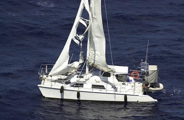 """Kaz II là chiếc thuyền buồm du lịch, được phát hiện khi đang trôi dạt dọc theo bờ biển phía tây bắc nướcÚc năm 2007 trong tình trạng không có ai và nhiều phần bị hư hại nặng, đặc biệt là cánh buồm. Đây là con thuyền của 3 người đàn ông gồm Des Batten, 2 anh em Peter và John Tunstead đãmất tích trước đó. Nhiều đồn đoán rằng 3 người này đã bị cướp biển hoặc những tên buôn bán ma túy """"thủ tiêu"""". Tuy vậy, vào 2008, một nhân viên điều tra ở Townsville, Queensland nói rằng họ chết vìbị tai nạn và đãbị sóng biển cuốn xácđi. (Ảnh: Oddee)"""