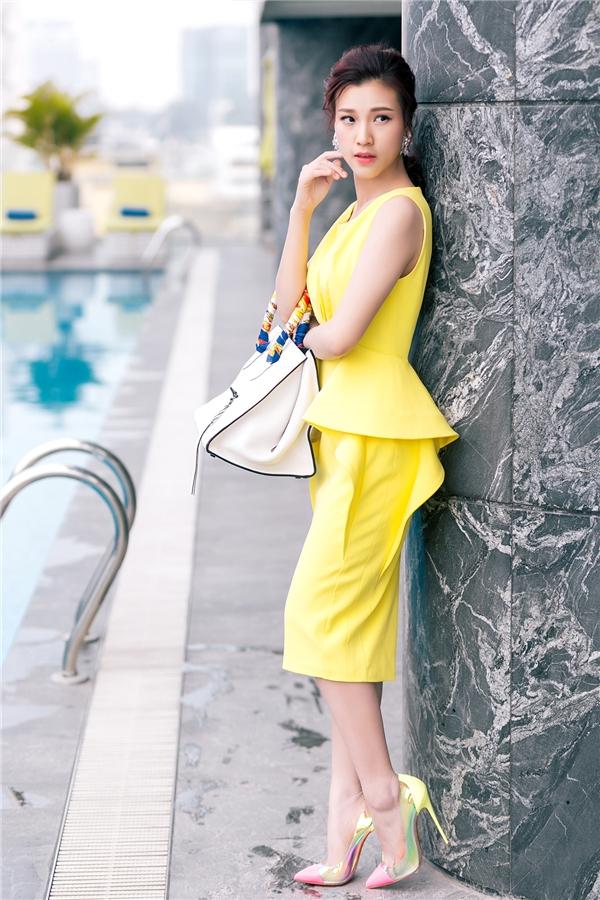 Cô kết hợp bộ trang phục cùng túi xách Hermes Birkin có giá lên đến vài trăm triệu đồng và giày cao gót mũi nhọn kết hợp nhiều sắc màu ấn tượng.