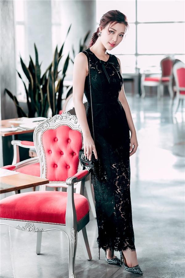 Diện bộ váy đen dài, Hoàng Oanh vẫn vô cùng cuốn hút với chất liệu ren mỏng tang.