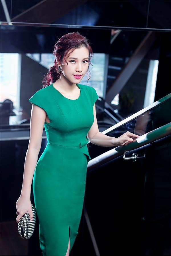 Những dáng váy ôm sát khoe đường cong khá được Hoàng Oanh ưa thích. Chất liệu cao cấp góp phần tăng thêm vẻ sang trọng, quý phái cho nữ MC.