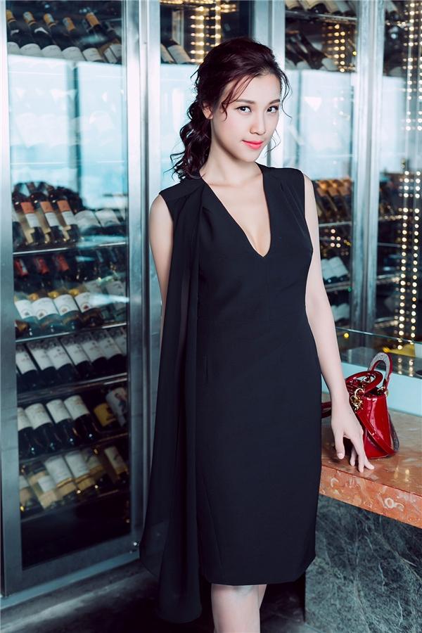 Phụ kiện đi kèm là chiếc túi Dior nhỏ xinh như có giá khá chát lên đến vài chục triệu đồng.