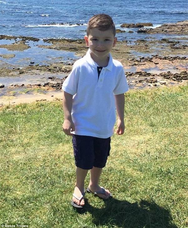 Kruz nay đã trở thành một cậu bé tuyệt vời, một người đàn ông nhỏ bé nhạy cảm và biết yêu thương.(Ảnh: Daily Mail)