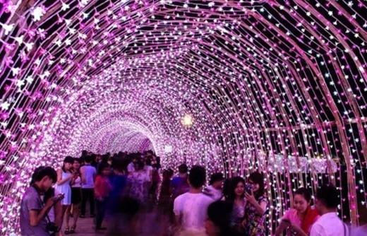 Đèn led lung linh giăng khắp lối đi sẽ là nơi lý tưởng để bạn chụp những bức ảnh ấn tượng!(Ảnh Internet)