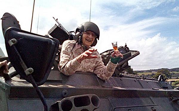 Bà Hilda lái chiếc FV432. (Ảnh: Internet)