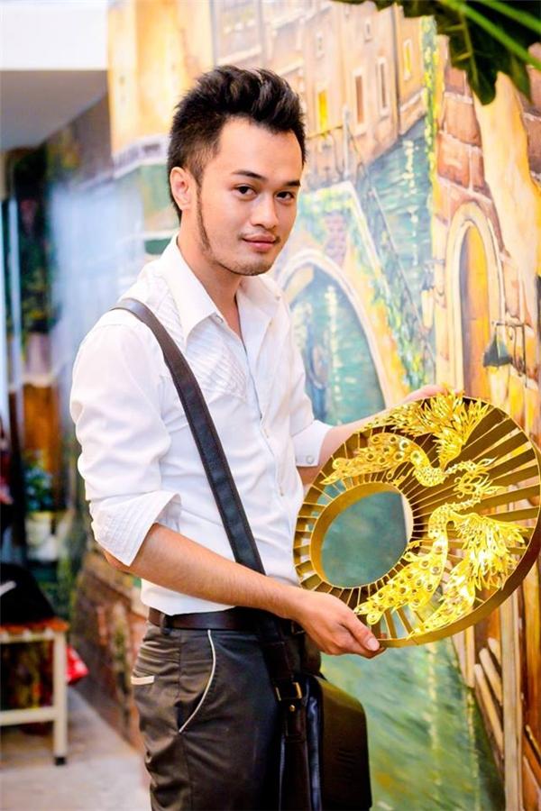 Nhà thiết kế Đỗ Vân Trí- người đã thực hiện chiếc mấn cho Phạm Hương. Đồng thời anh cũng là người từng được Lady Gaga mua trọn một bộ sưu tập giày.