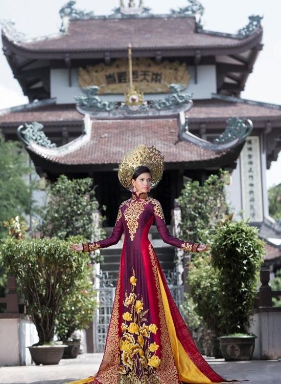 Áo dài của Trương Thị May tại Miss Universe 2013.