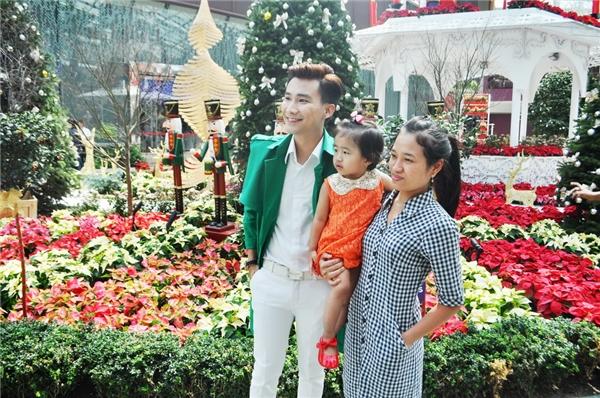 Người hâm mộ thích thú chụp ảnh cùng Chí Thiện khi nhận ra anh đang quay MV tại Singapore. - Tin sao Viet - Tin tuc sao Viet - Scandal sao Viet - Tin tuc cua Sao - Tin cua Sao