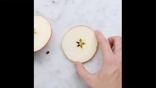 Mách bạn cách làm bánh táo rán thơm giòn cuối tuần