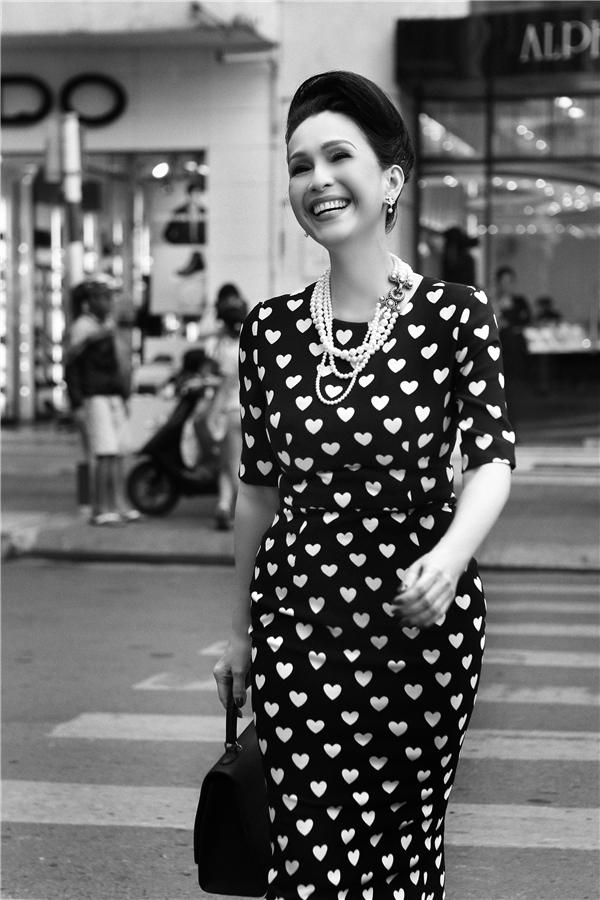 Diễm My tinh tế, sang trọng trong bộ váy bodycon ôm sát khoe đường cong. Thiết kế tạo điểm nhấn bởi sự tương phản giữa họa tiết tim trắng và nền đen. Đây cũng là một trong những mẫuváy của Đỗ Mạnh Cường được các sao Việt khá yêu thích trong những năm gần đây.